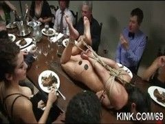 Gefesselte Sex Sklavin zum Nachtisch