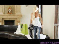 Sexy Hausfrau mit großen Titten